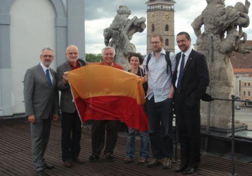Zleva: rektor L. Grubhoffer, účastníci expedice J. Elster, O. Ditrich, A. Bernardová, J. Kavan, primátor Thoma