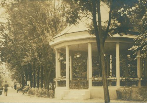 Hudební pavilon, kde se v neděli a ve svátek pořádaly promenádní koncerty (1935)