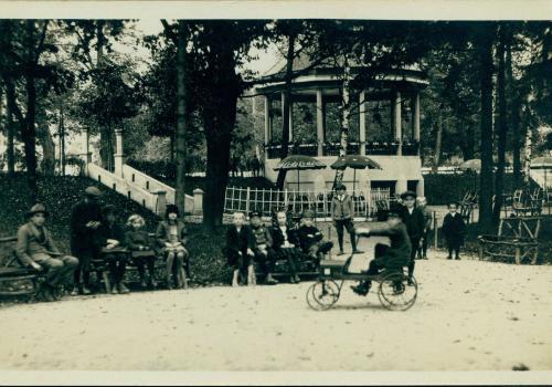 Hudební pavilon, kde se pořádaly koncerty, pod ním byl bufet s občerstvením (1935)