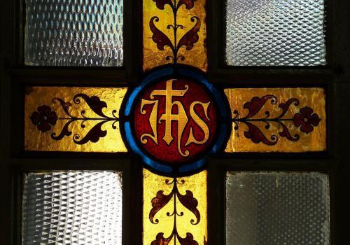 Výzdoba výplně dveří kostela sv. Rodiny. Foto: Jitka Erbenová (21. dubna 2012)