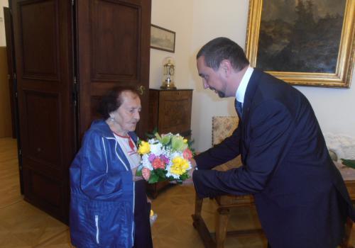 Primátor Juraj Thoma gratuluje paní Jarmile Schestauberové ke 100. narozeninám.