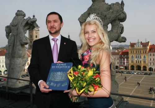 Primátor Juraj Thoma s Českou miss 2011 Jitkou Nováčkovou na střeše radnice